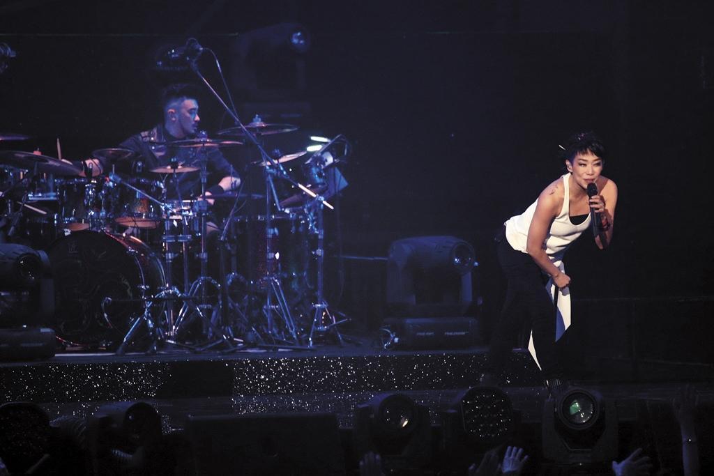 林憶蓮去年舉辦個人演唱會,露出右肩「S」及「J」刺青,是她與男友恭碩良英文名字首個字母,林憶蓮並在台上大方談愛,受到歌迷祝福。(東方IC)