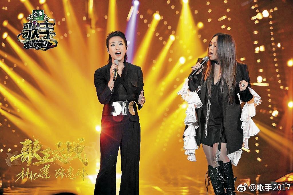 林憶蓮邀來天后張惠妹在《歌手2017》冠軍戰助陣合唱〈也許明天〉,成功奪冠。(翻攝自歌手2017微博)