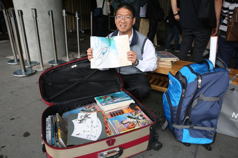 漫畫迷黃文鴻扛兩大箱的鄭問著作,來送鄭問最後一程。