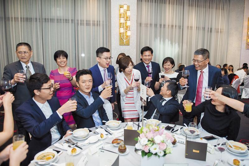 洪慈庸與卓冠廷登記結婚後,宴請賓客雖定調為家宴,仍逐一向遠道而來的6桌客人敬酒致謝。(洪慈庸助理提供)