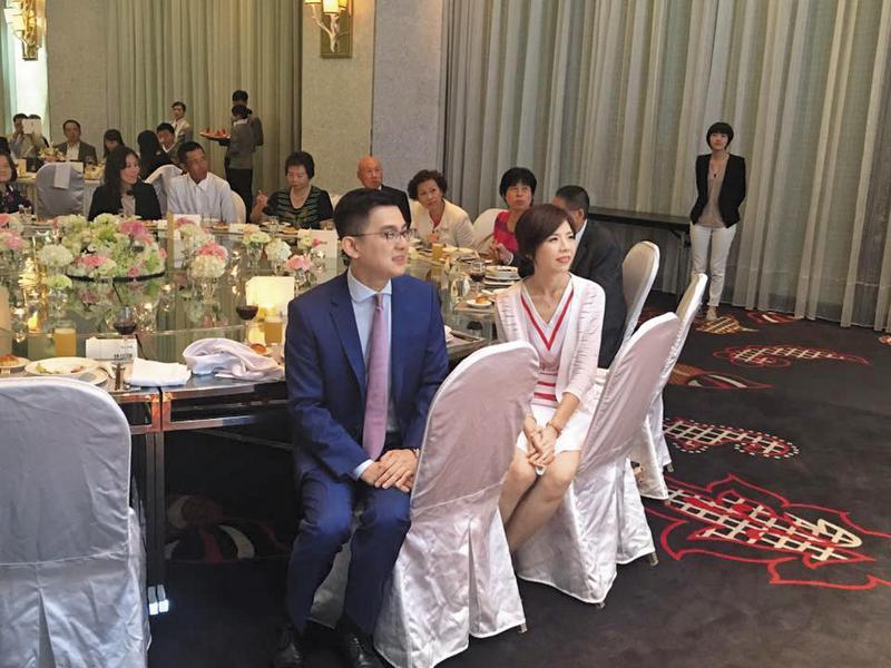 洪慈庸(左)與卓冠廷(右)24日下午低調登記結婚後,晚間席開6桌宴請賓客。