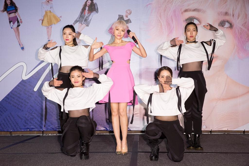 林明禎在記者會上又唱又跳,展現近日訓練成果。