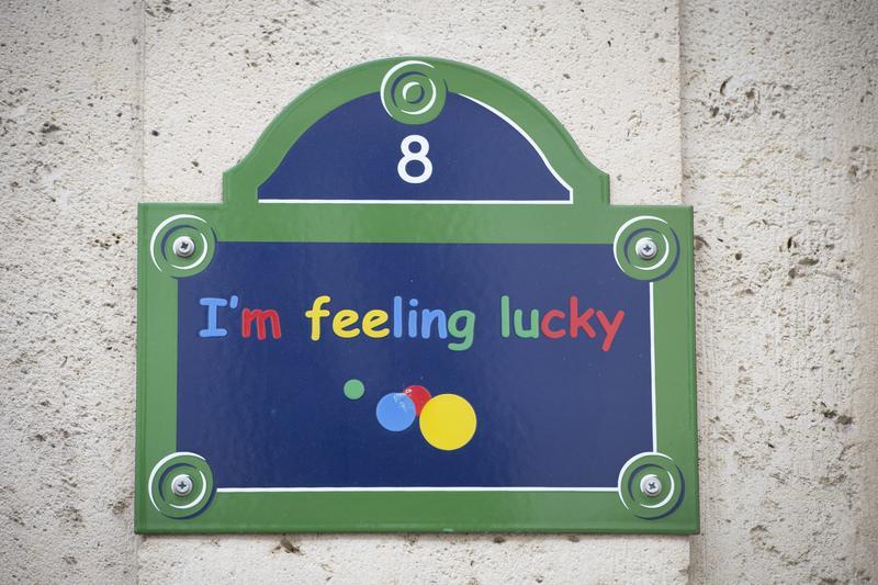 谷歌公司在巴黎的分公司。招牌上是它搜尋引擎的經典標語。(東方IC)