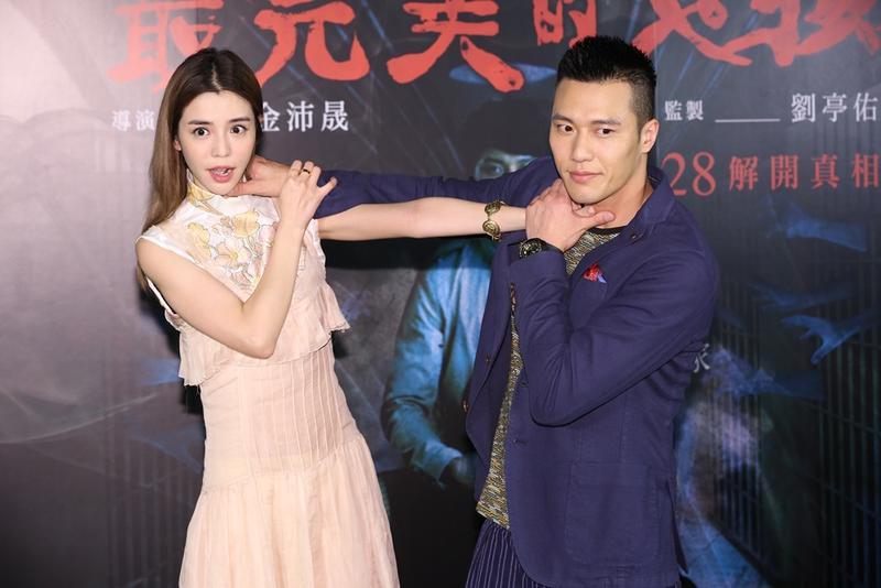 《最完美的女孩》劇情涉及多宗謀殺案,張睿家與李毓芬作勢互掐對方脖子,是一個「相愛相殺」的概念。