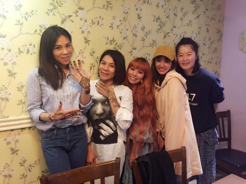 蔡健雅(左起)、江美琪、許哲珮、蔡依林等人姊妹聚會,紛紛畫上彩繪紋身。