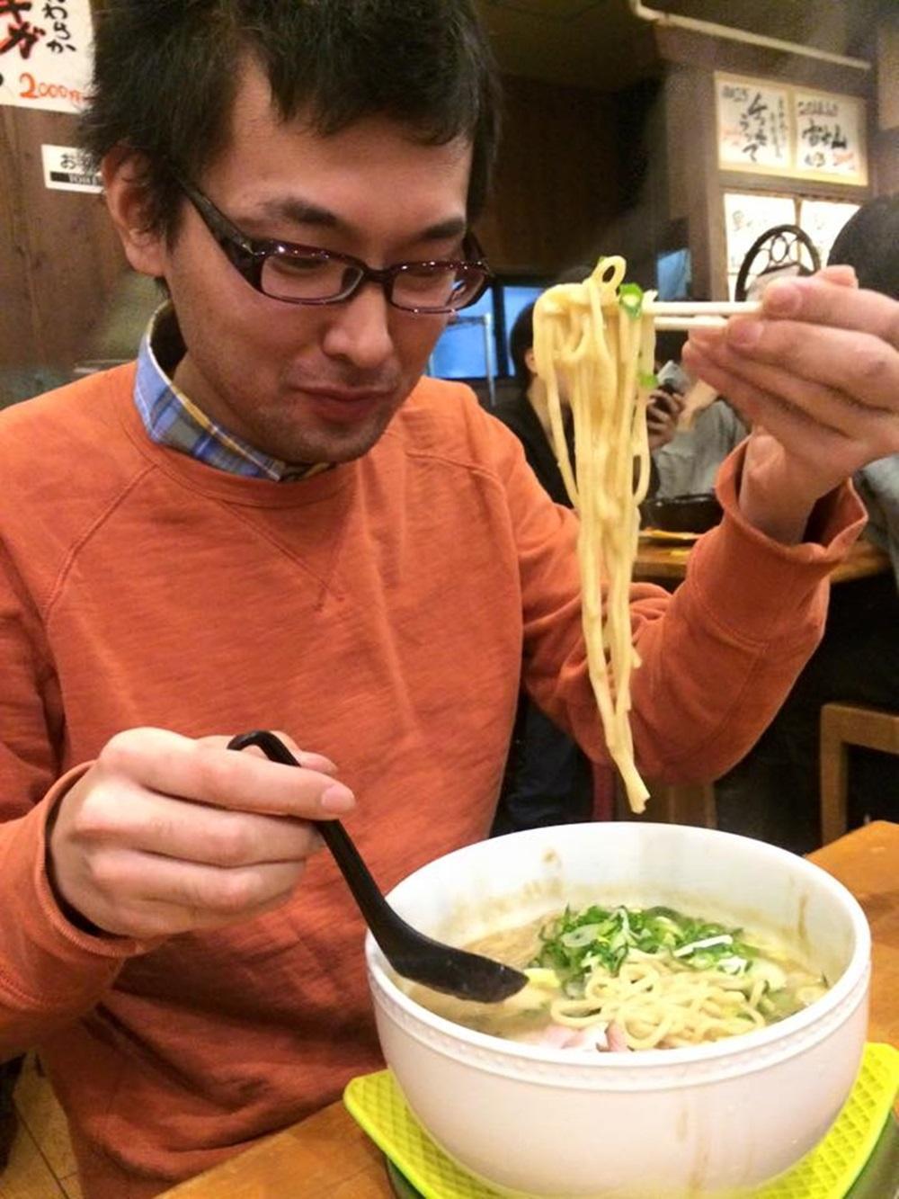 K很霸氣地夾了一大筷子,此時他還不知道自己幾分鐘後的命運。