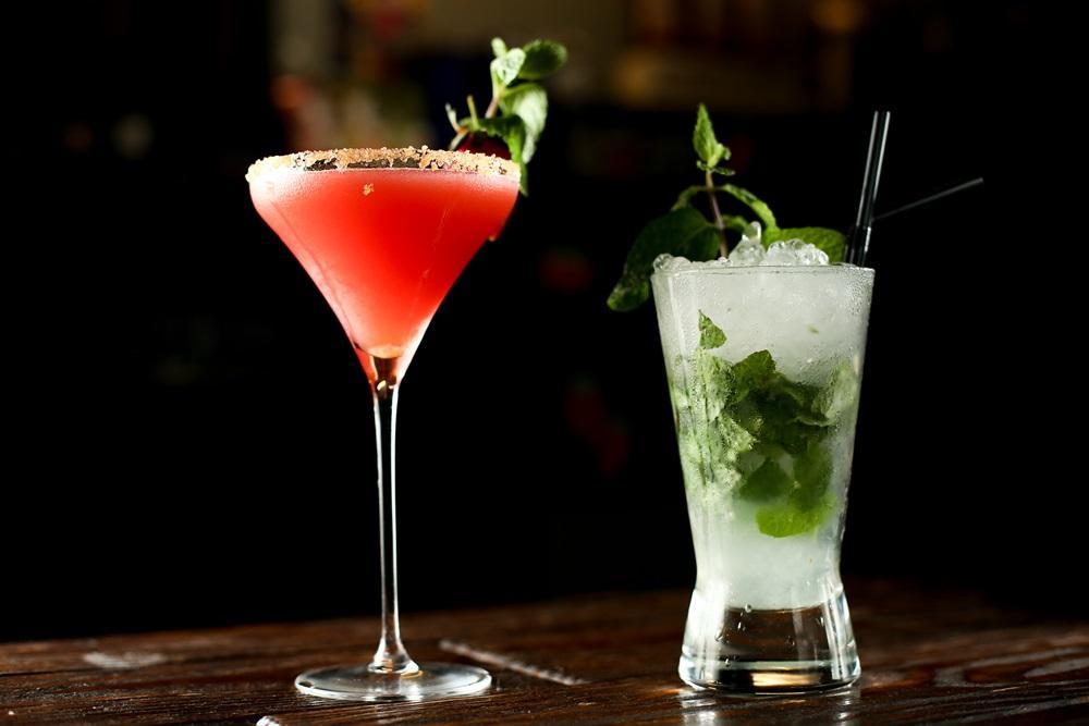 「Mojito」使用整株帶莖的薄荷,涼香更濃郁,「草莓Martini」則是季節限定水果版調酒,豪奢的大量使用新鮮草莓,甜氣撲鼻。(右,400元/杯、左,450元/杯)