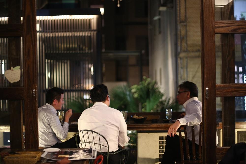 許多日本上班族下班後習慣來這兒喝一杯,在陽台放鬆談天。
