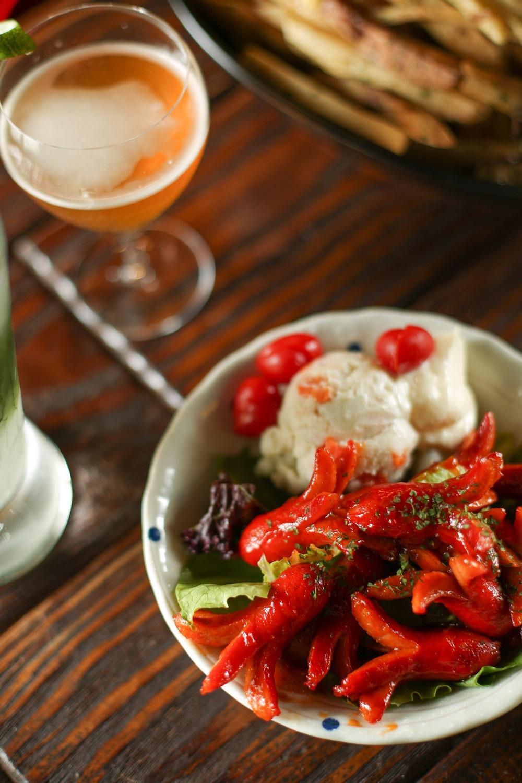 「日式章魚小香腸」煎得紅紅脆脆配上Q比美乃滋,是日本人兒時回憶便當菜。(350元/份)