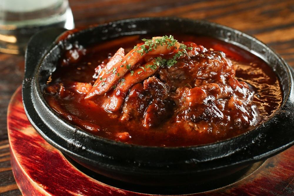 「紅酒佐蘑菇茄汁漢堡肉」的肉香湯濃,帶點煙燻味的醬汁十分下飯。(330元/份)