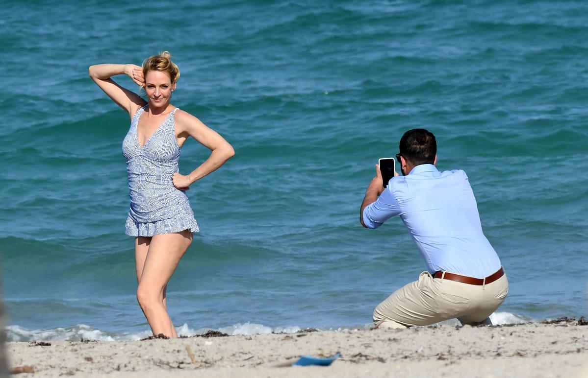 烏瑪舒曼下海前先擺pose拍照,但這姿勢卻讓人噴飯,能夠這麼老派過時還真是不容易。