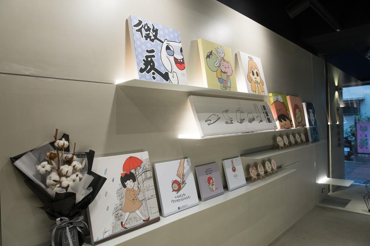 在「毛毛蟲文創壹號基地」內,展示許多旗下插畫家周邊商品