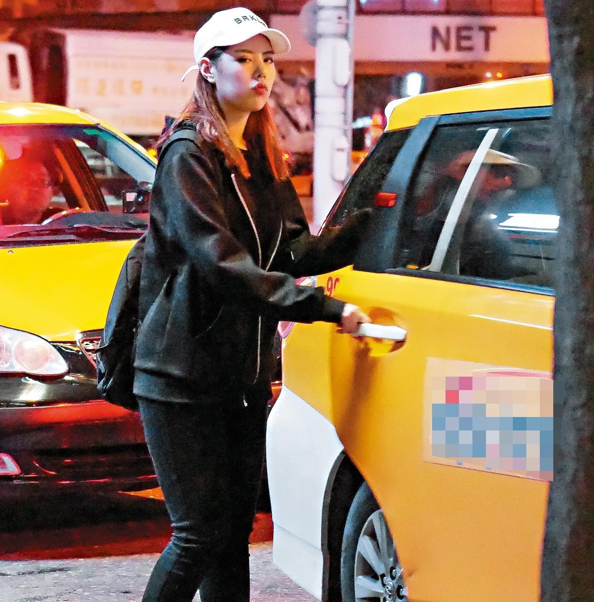 本刊直擊春風與白帽女出現在東區KTV 門口,春風還指示白帽女先上計程車等待。