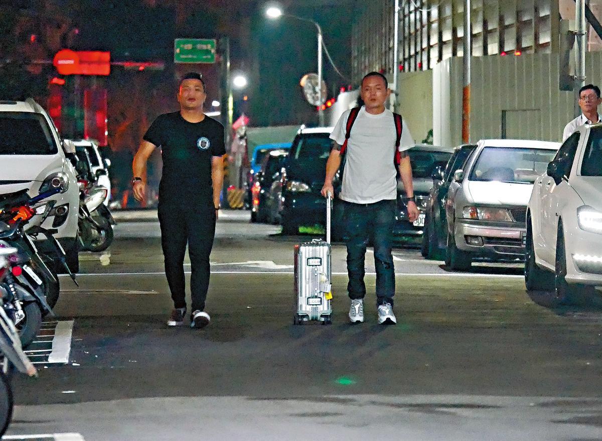春風與友人會合後,前往隔壁巷的車上取行李。