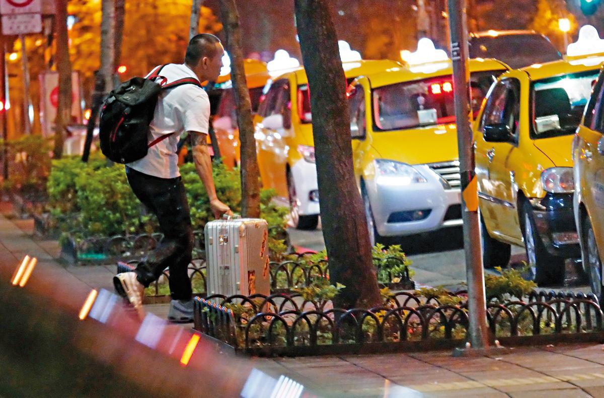 拉著行李的春風返回計程車處與白帽女會合。