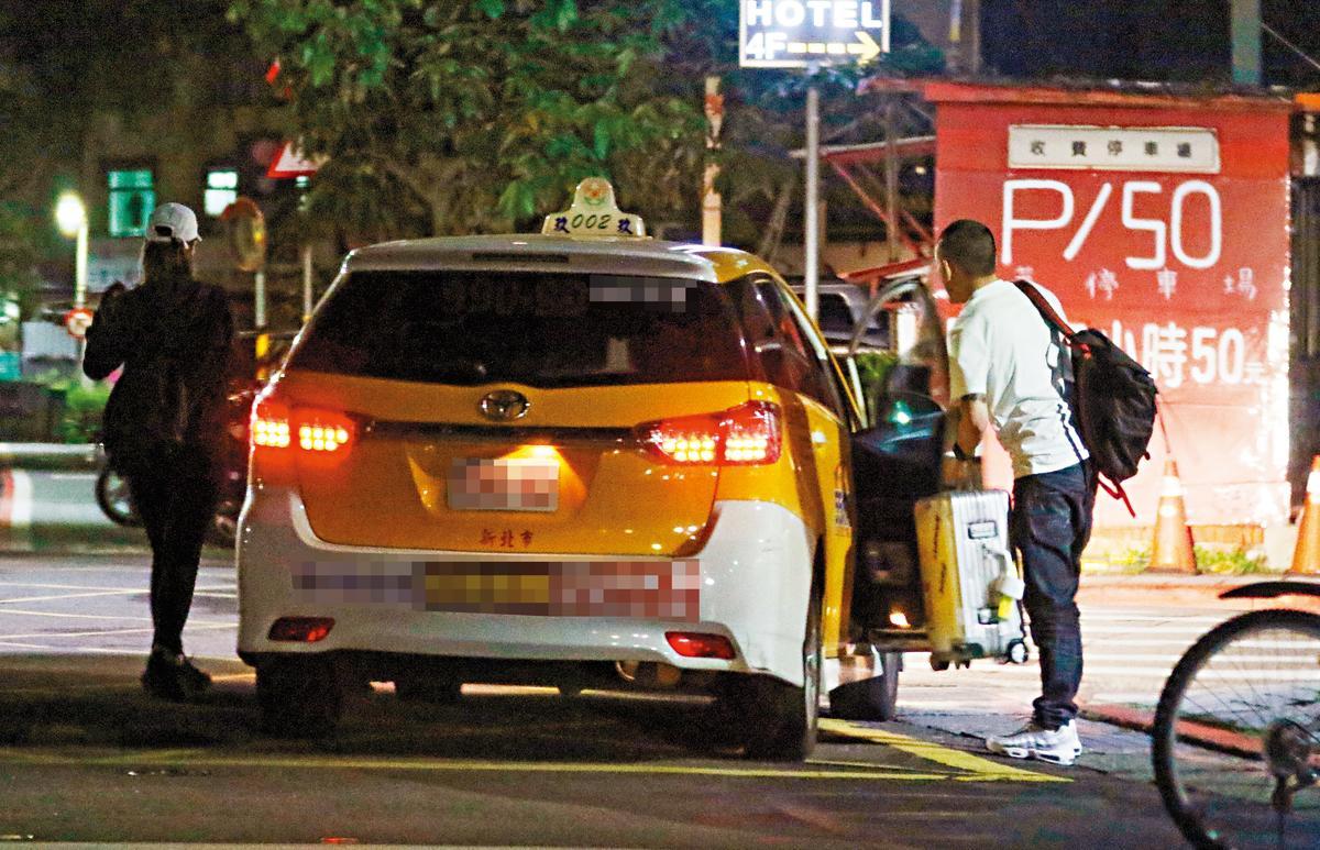 計程車開到復興南路巷口停下,春風與白帽女一同下車。