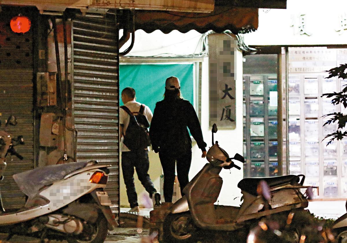 兩人熟門熟路地進入巷內大廈,白帽女身型看來竟比春風還大隻。