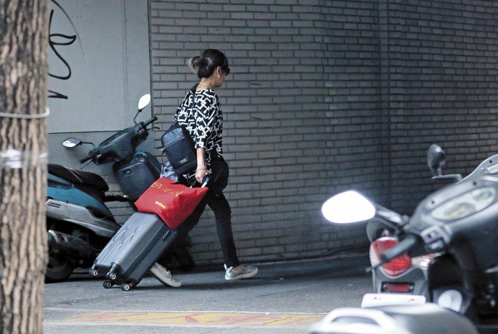 一名臉戴墨鏡,穿著頗為休閒的熟女拉著行李箱離去。該名熟女正是林筱薇。