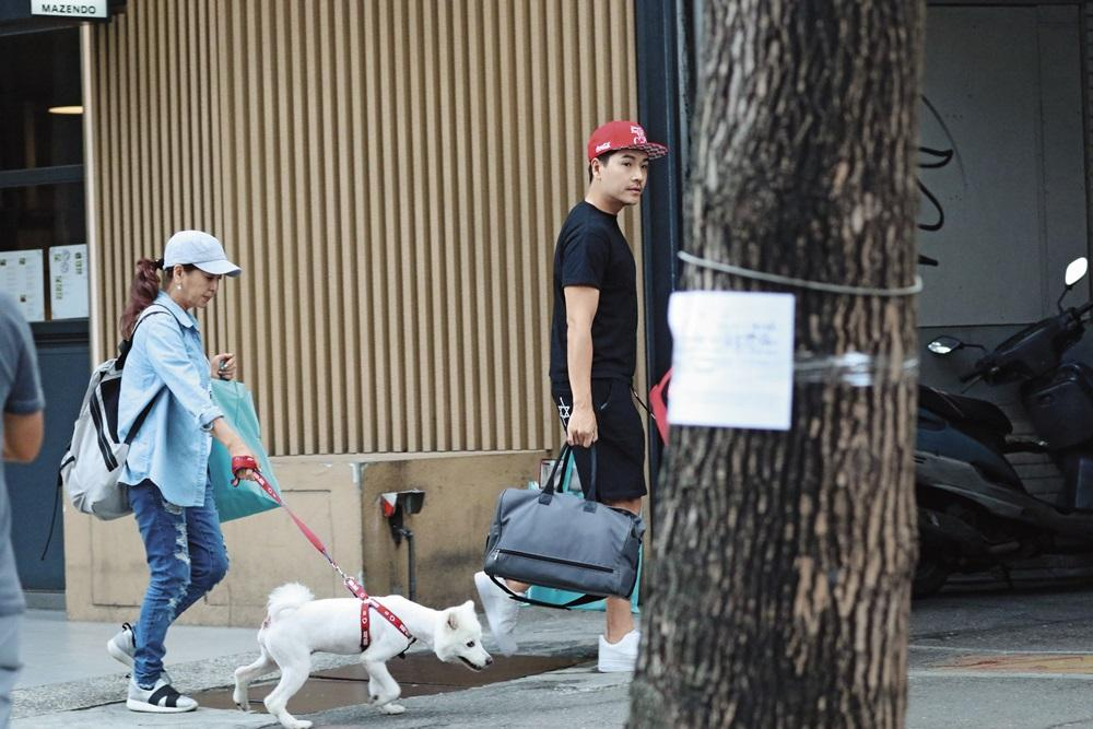 王傳一也一派休閒從林筱薇家走出,後面跟著她的媽媽跟一條狗。