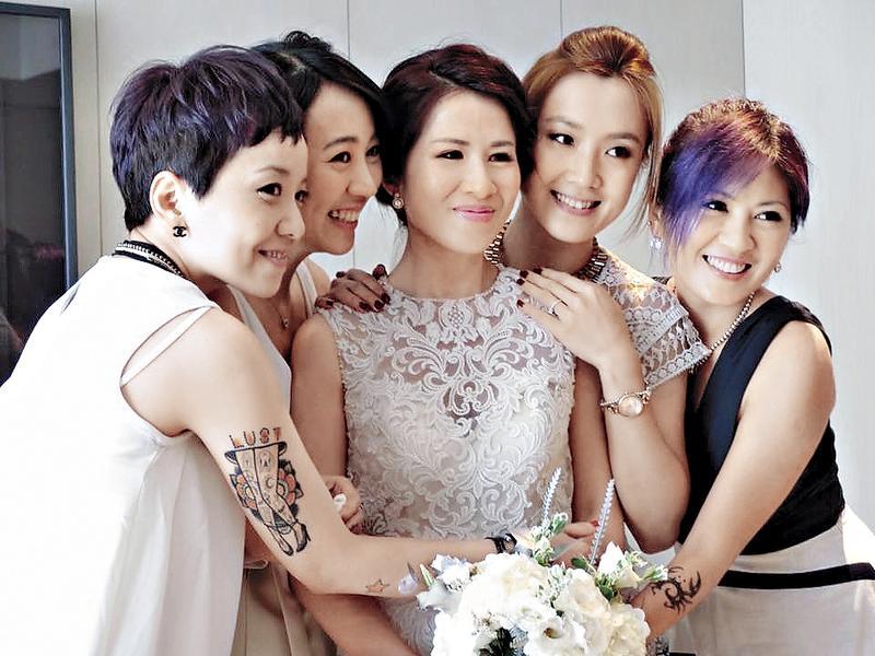 林筱薇(右)跟姐妹們合影,手上的螃蟹刺青很明顯。(翻攝自Laura Lee臉書)