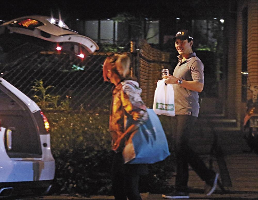 準備上車的王傳一,有一名女司機貼心服侍,據本刊調查,她就是孫鵬的緋聞小三林筱薇,先前因為手上刺青,外號「蠍子女」,但其實是隻螃蟹。