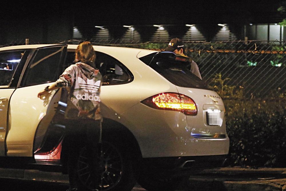 穿著運動品牌的林姓蠍女,還戴著口罩,一副藝人私下出巡的裝扮。