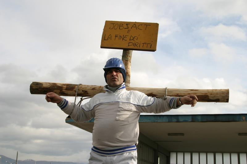 義大利那不勒斯飛雅特車廠的一名失業員工把自己綁在十字架上進行無聲的抗議。(東方IC)