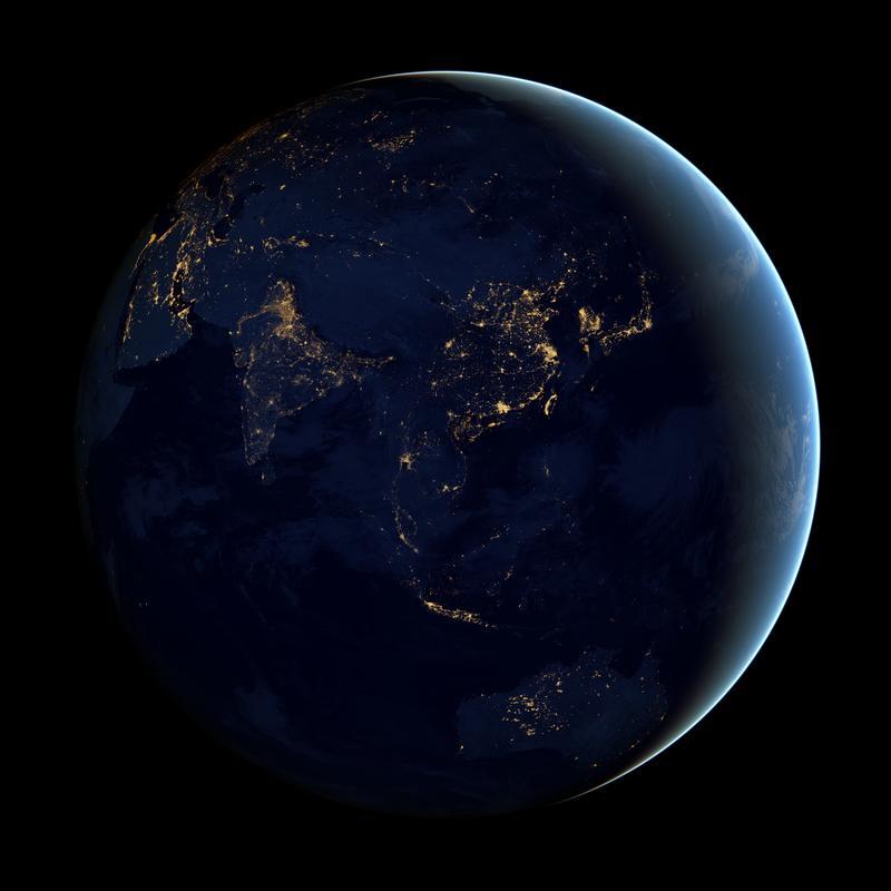 衛星照片的燈火亮度,可以反映經濟發展與成長速度。這張亞洲及澳洲的燈光分布圖是根據2012年4月到10月之間的數據合成的。(東方IC)