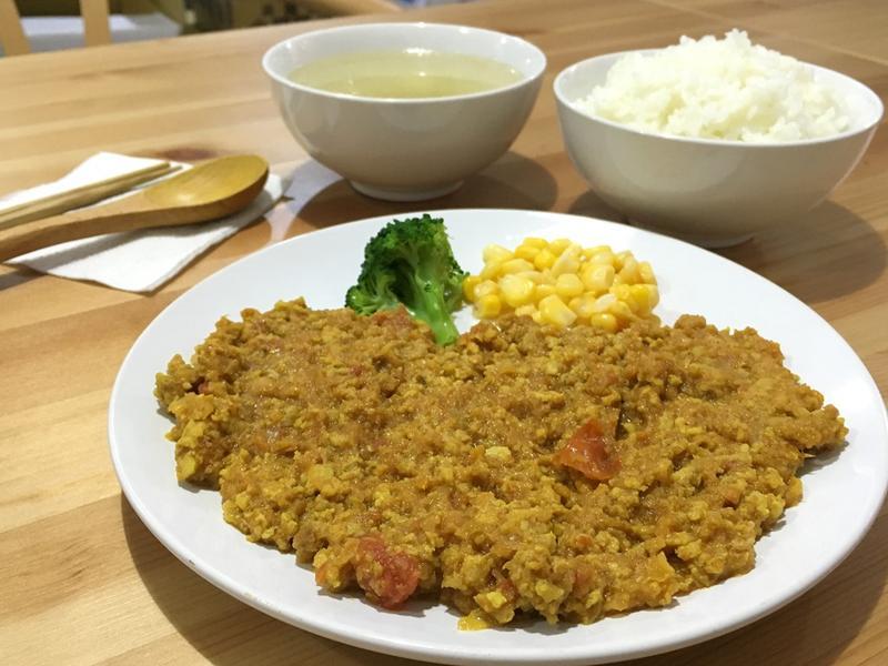 「番茄和豬肉乾咖哩飯定食」的乾咖哩是一款日本家常菜,在台灣鮮少有店家在賣。(150元/份)