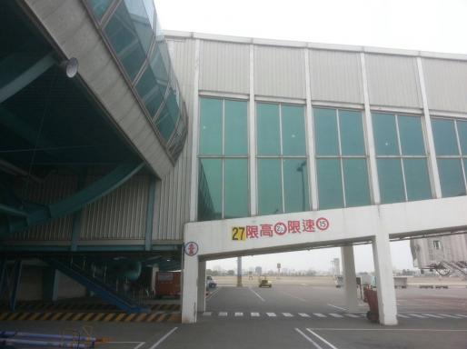 通緝犯趙祥廷抵達高雄小港機場後,打開空橋逃生窗跳下機坪,翻越機場圍籬逃之夭夭。