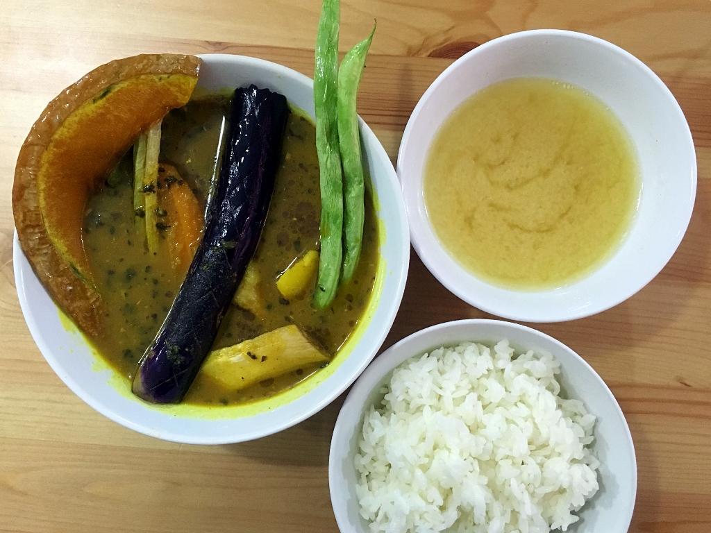 「雞肉蔬菜咖哩湯飯定食」的咖哩湯濃香下飯,蔬菜多樣可口,雞腿肉香嫩入味。(200元/份)
