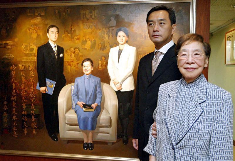 吳舜文(右1)對嚴凱泰(右2)影響非常大,當時他說還好母親已過世,否則腫瘤開刀還不知如何對她開口,沒想到今日卻驚傳他辭世的消息。(東方IC)