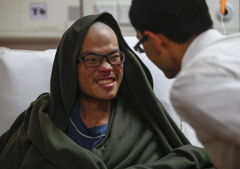2017年4月26日,尼泊爾加德滿都,在喜馬拉雅山去失聯多日的台灣情侶被尋獲,男子梁聖岳生命跡象穩定,女子劉宸君不幸罹難。(東方IC)