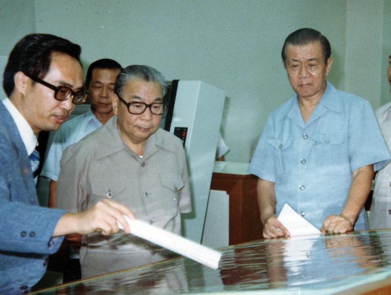 前行政院長孫運璿(右一)則是台灣工業發展的重要推手。(取自工研院院史館)