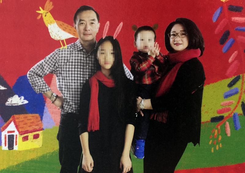 嚴凱泰(左一)認為念台灣的學校就OK,是為了不給女兒(左二)大太壓力。