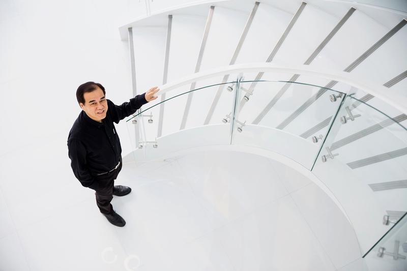 詩肯去年將總部搬至桃園龜山,董事長林福勤運用大量黑、白色系裝潢, 一如新加坡人處事條理分明。