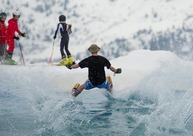 瑞士當地滑雪比賽,竟出現賽場一半是冰,一半卻融化成水的情況。