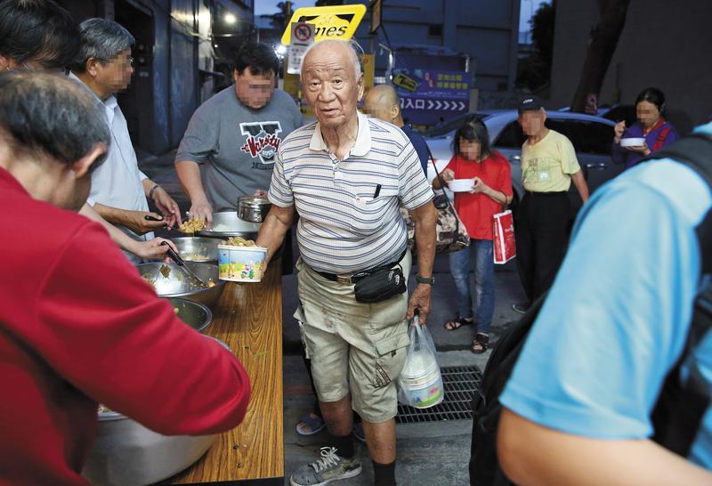 曾參選台北市長的拾荒老人趙衍慶(中)近年共被沒收保證金260萬元。