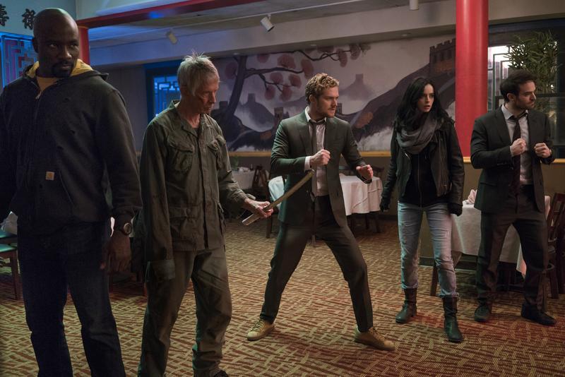 盧克凱奇(左起)、棍叟(夜魔俠的師父)、鐵拳俠、潔西卡瓊斯、夜魔俠,終於湊齊一起出動了。