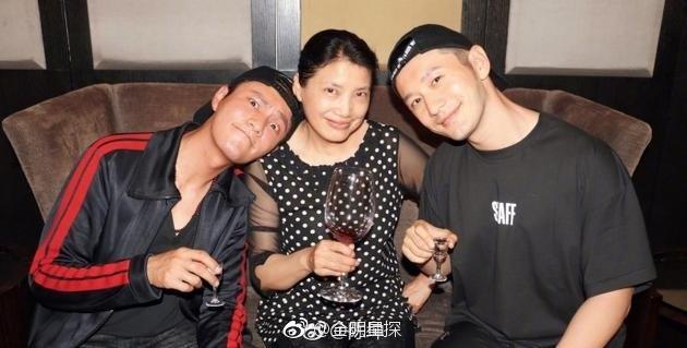 黃曉明(右)與陳坤(左)日前在大學同學會上同框,還與老師一同合影。(翻攝微博)
