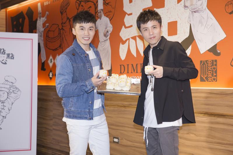 阿緯(左)送上自家餐廳流沙包,為小宇祝賀。