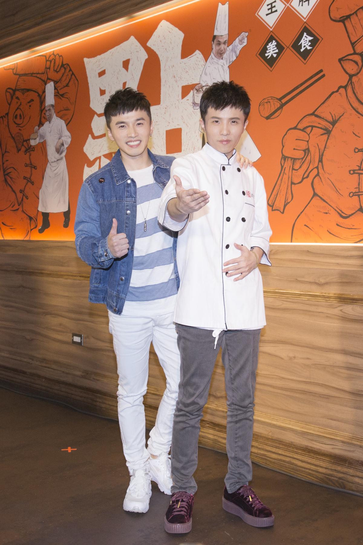 小宇(右)穿上廚師服,和阿緯互換身分。