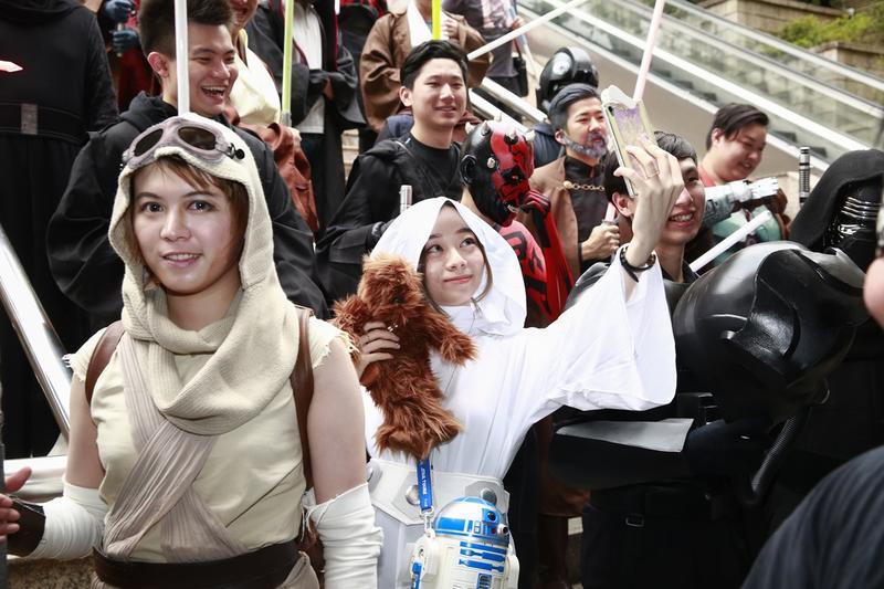 夏侯橘助(左)扮成芮,而扮成莉亞公主的網紅太郎(中)還不忘自拍。