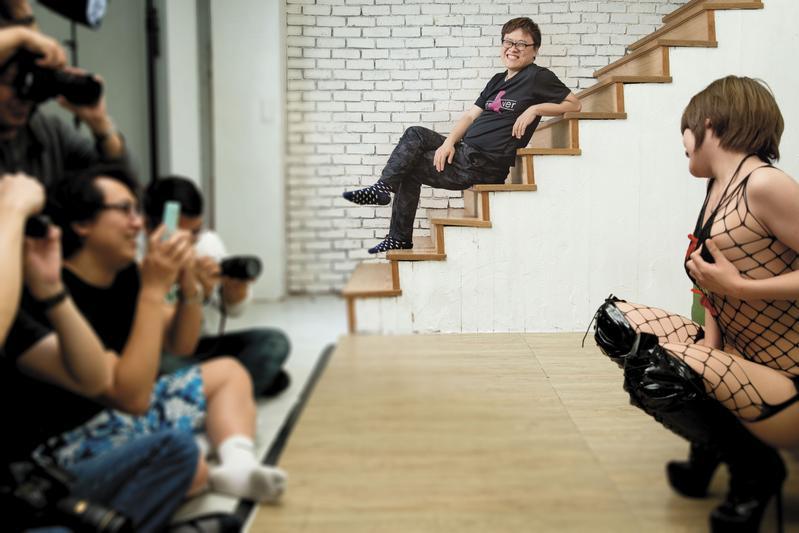 黃正(中)很喜歡攝影會的氣氛,對他來說,就像是老朋友間的聚會。右為AV女優黑木澪,左為攝影會參加者們。