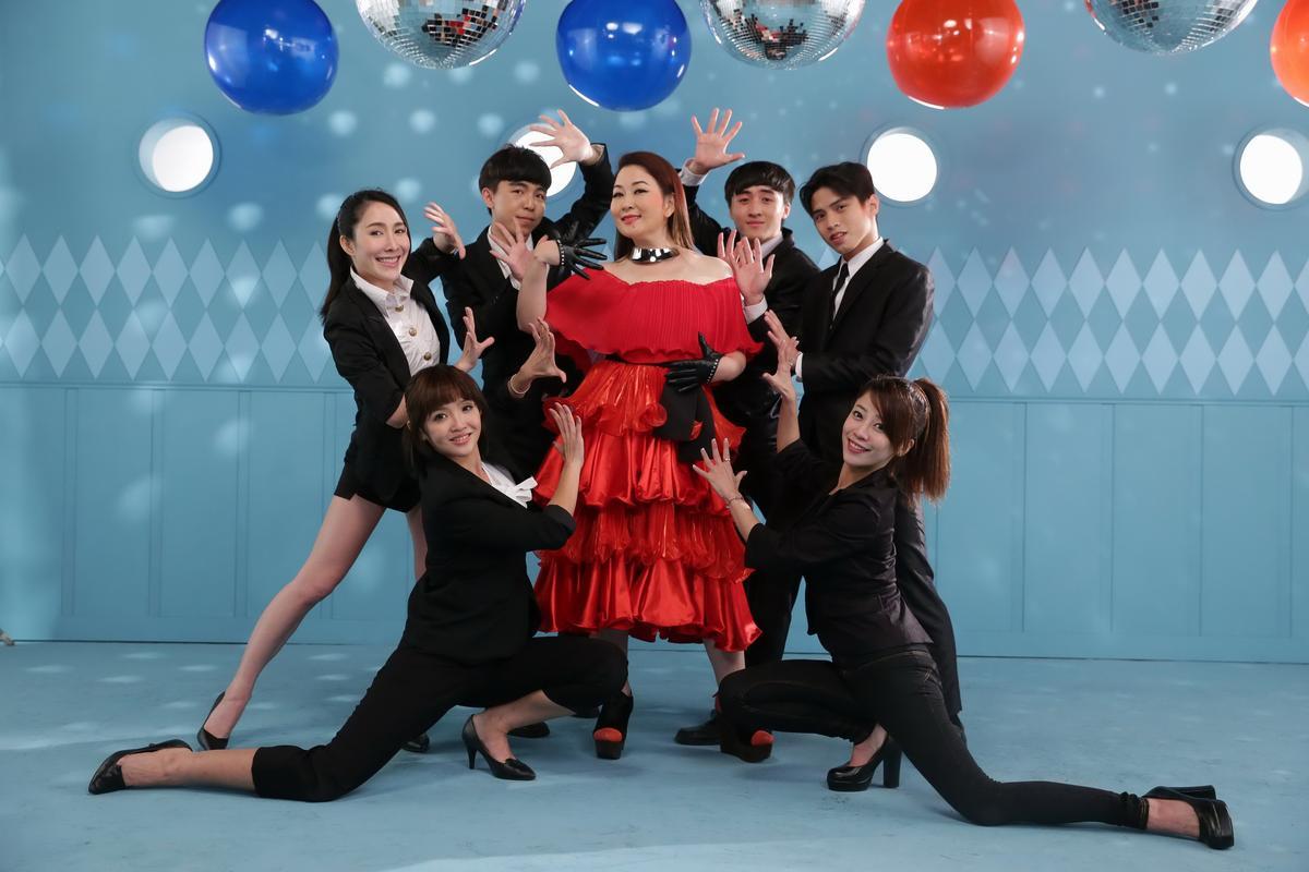 張秀卿為了新歌〈阿哥哥〉MV大玩變裝非常歡樂。 (圖:豪記唱片)