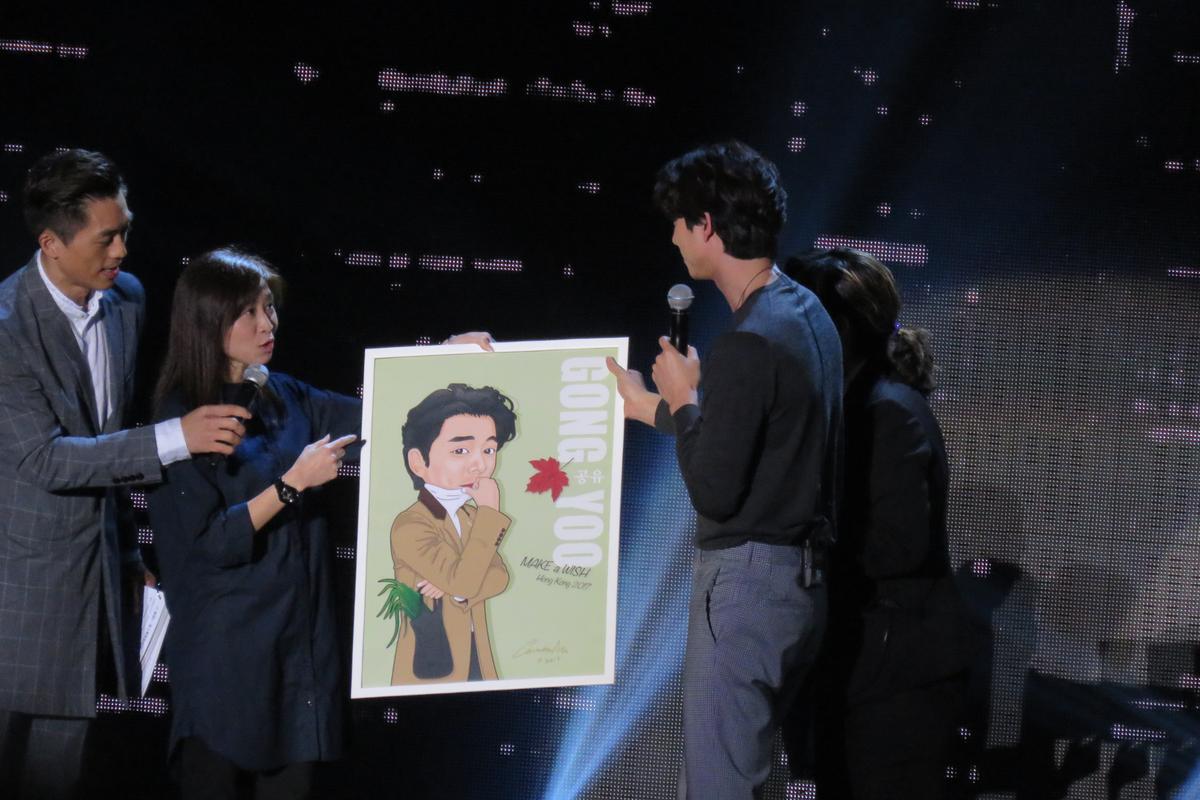 孔劉收下粉絲親筆送上的小幅Q版畫像,將大幅的簽名後再送還粉絲做紀念。
