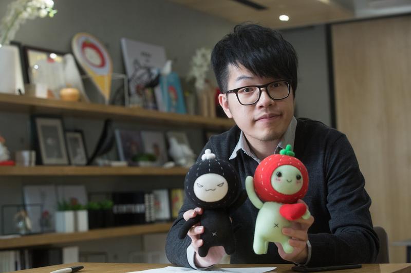 1982年生的鄭明輝,根據自己的綽號,創作出戴著草莓頭套的「毛毛蟲」。黑色毛毛蟲則代表了陰暗面。