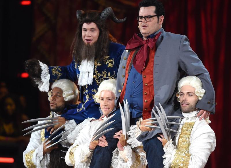 亞當狄凡(左)扮成野獸,與喬許蓋德一起出場,請注意扛著他們的舞群手上還有金剛狼的「狼爪」。