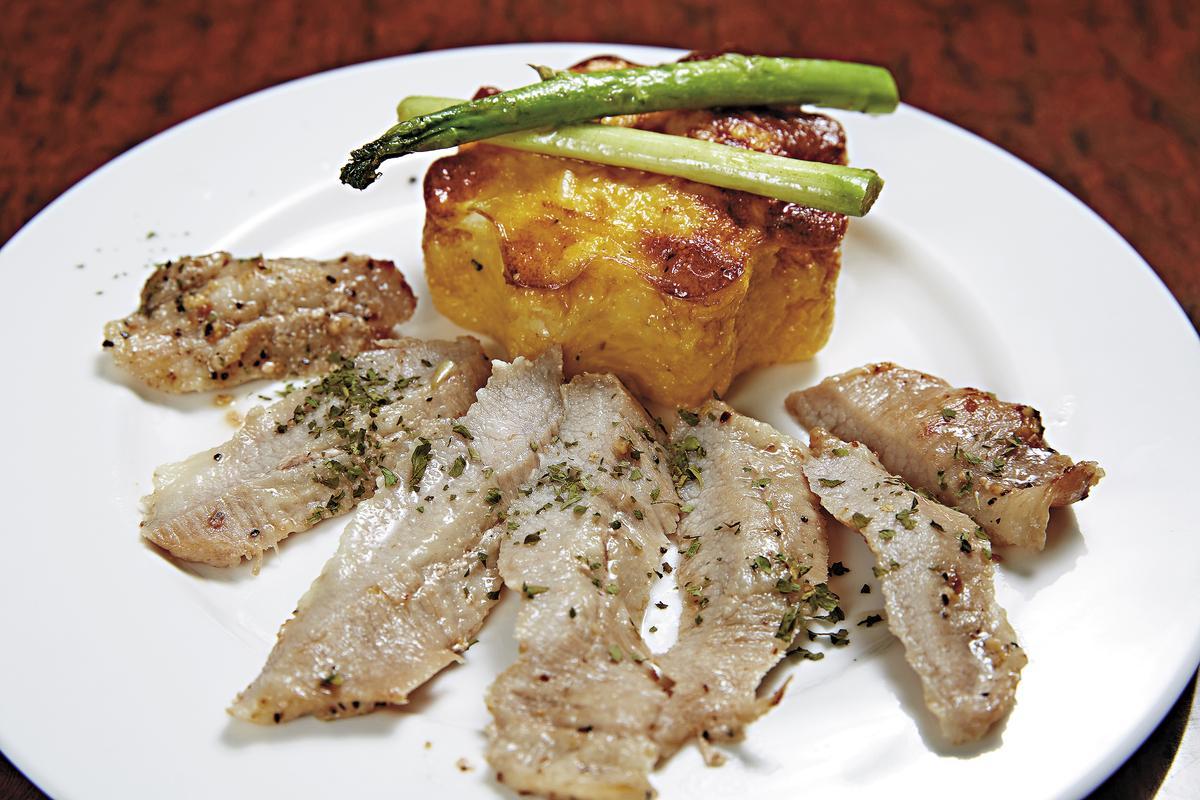 「松阪豬星星飯」(160元)星星造型的米飯,切開會流出用鮮奶油加蛋黃做成的奶黃餡。(徠一咖啡)