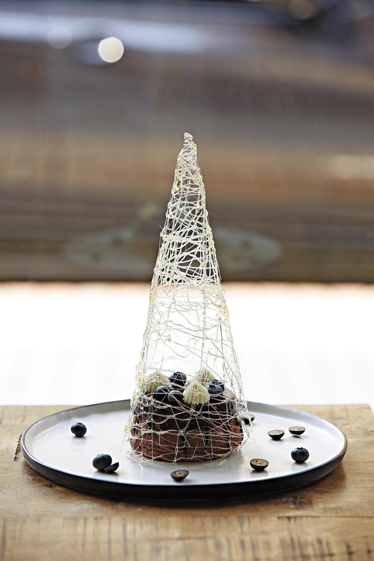 每日特選甜點「巧克力戚風之烏列爾之巔」(200元),金字塔全用手工拉糖製成,搭配底層戚風蛋糕。(時安靜好)
